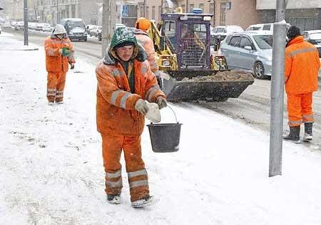 Чем лучше посыпать улицы зимой: песком или химией?