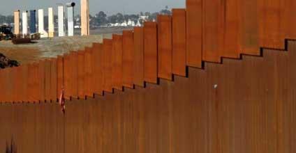 Трампу нужны еще 8 млрд на стену