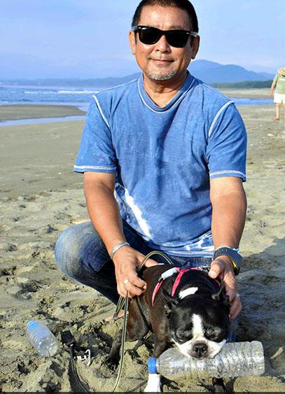 Серферы молятся на собаку выловившую 3000 бутылок из моря
